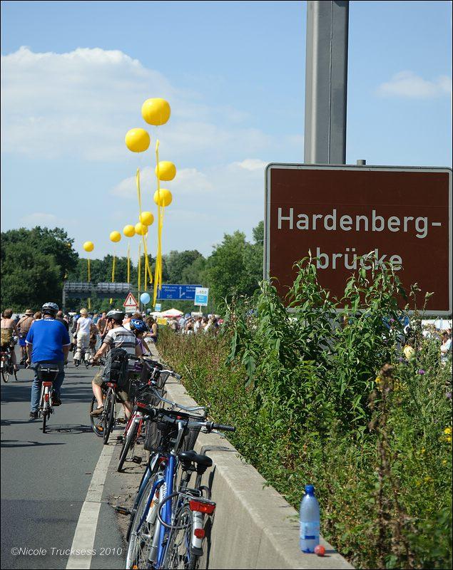 Sie betrachten ein Bild aus dem Artikel: Still-Leben A 40 Ruhrschnellweg - die längste Tafel der Welt
